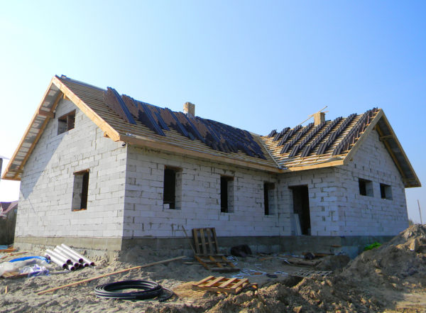 Roofing construction with laying roof tiles
